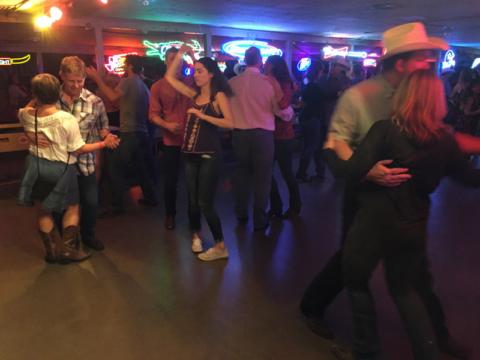 É legal ver quem sabe dançar bem!