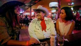 Broken Spoke: música e dança country no Texas