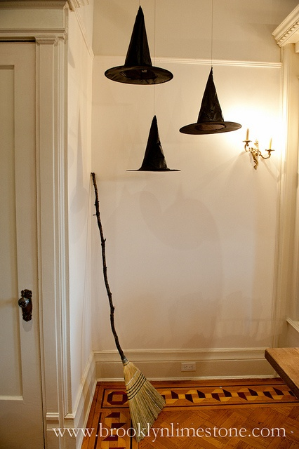 Chapéus de bruxa pendurados no teto para o Halloween
