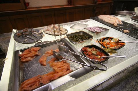 Alguns tipos de salmão e acompanhamentos no buffet norueguês