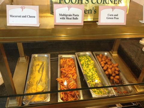 Os pratos infantis do buffet, conhecidos das crianças americanas