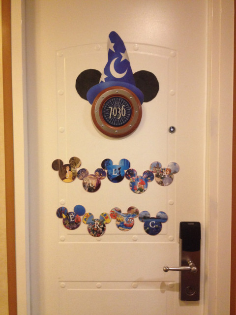 Nossa porta da cabine (stateroom) no Disney Magic, decorada, claro!