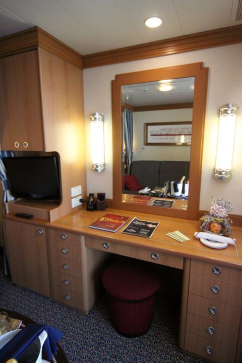 Mesa de trabalho com penteadeira, mais gavetas e armários