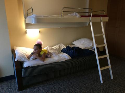 A beliche montada, o sofá cama vira essa cama embaixo e a cama de cima desce do teto