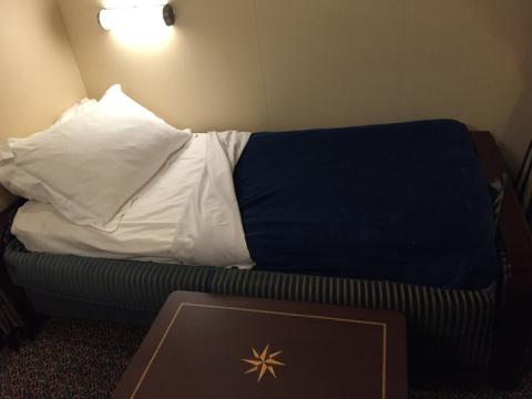 O sofá-cama já arrumado como cama a noite, o camareiro faz isso todos os dias  enquanto você janta e arruma de volta de manhã