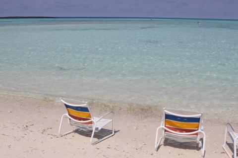 Cadeiras pra sentar e admirar essa cor de água