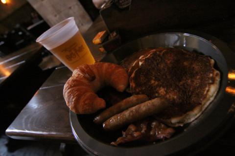Café da manhã no Leaky Cauldron - croissant, panquecas, bacon e linguiça (eu não tomo café, então comprei um suco de maçã)
