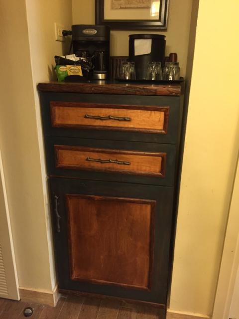 Cafeteira e frigobar (dentro do móvel)