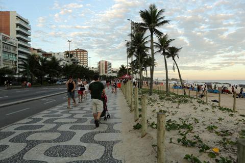 Calçadão de Ipanema no final de um sábado de sol