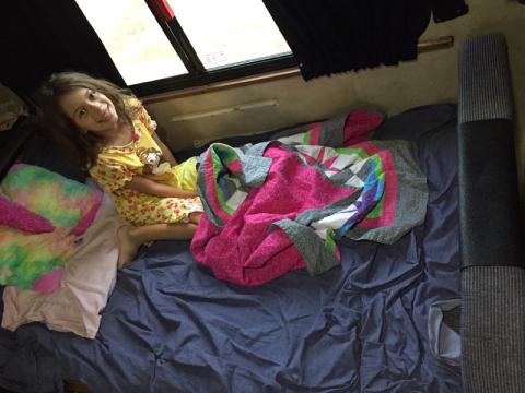 A Julia acordando na sua cama-mesa