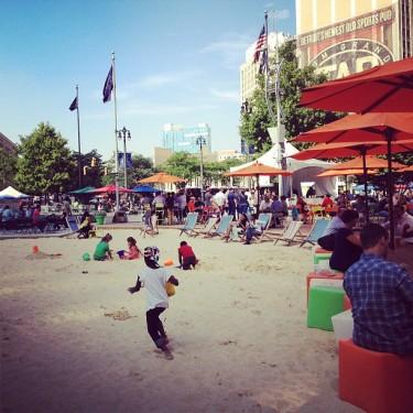 Julia, Eric e a criançada brincando na areia que foi colocada pro verão em Campus Martius, downtown Detroit