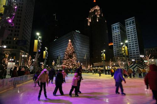 Patinação no gelo em Campus Martius, downtown Detroit