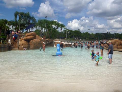 Cantinho da piscina de onda pros pequenos, com escorregas menores e uma área mais protegida