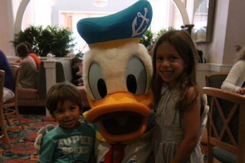Julia e Eric com o Pato Donald  no Cape May Cafe
