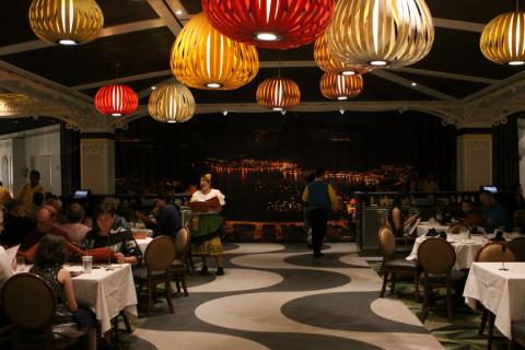 Restaurante Carioca's, no Disney Magic, com decoração inspirada no Rio