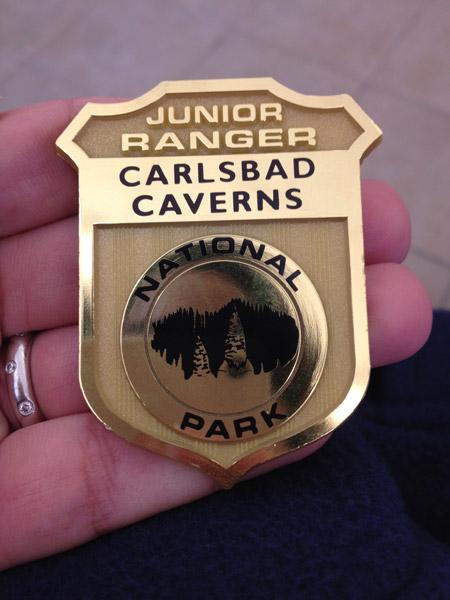 A badge do Carlsbad Caverns National Park que as crianças ganham no programa de Junior Rangers