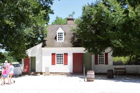Se não fossem as pessoas com roupas atuais, essa casa poderia estar em outro século