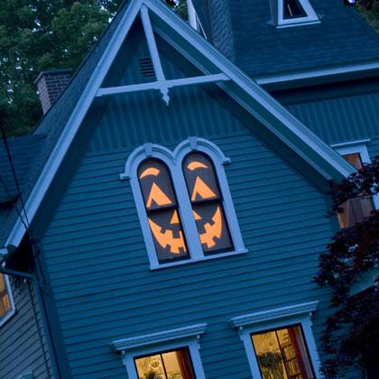 Casa com silhuetas de Halloween