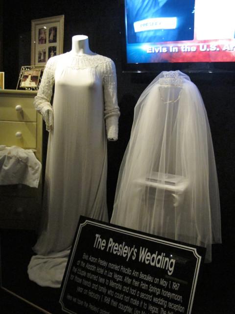 O vestido de casamento de Priscilla Presley