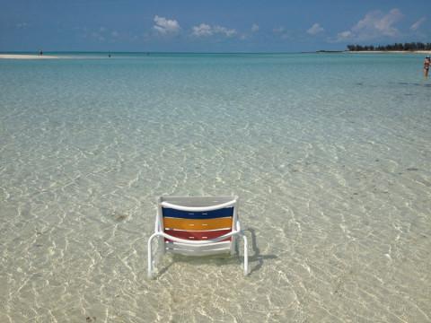 A linda Serenity Bay em Castaway Cay em dia perfeito