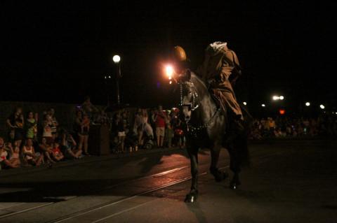 O cavaleiro sem cabeça vem chegando, um pouco antes do desfile começar