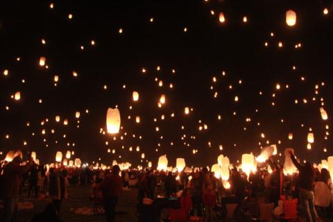 Centenas de lanternas ao mesmo tempo.  Foto:  Claudia Beatriz