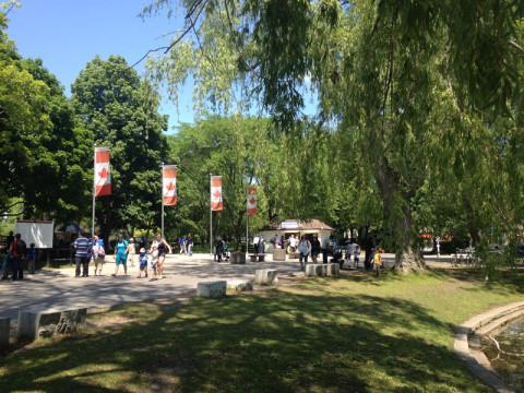 Entrada do Centreville com as bandeirinhas canadenses