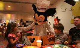 Jantar com personagens da Disney no Chef Mickey's