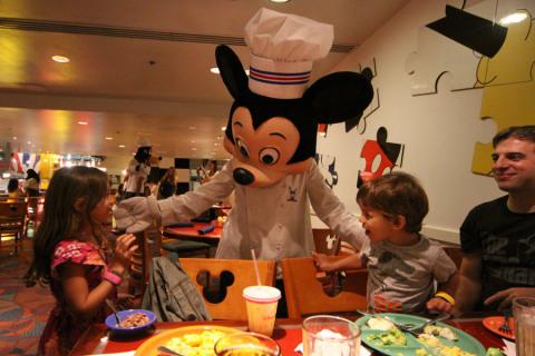 Mickey chegando na nossa mesa no Chef Mickey's