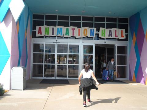 Minha filha chegando ao Animation Hall, que é o lobby