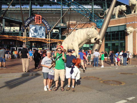 Gabe, meus sogros e as crianças chegando no estádio dos Detroit Tigers: Comerica Park