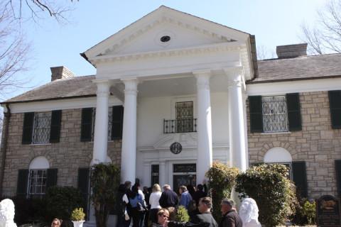 Chegando em Graceland pra começar o tour da casa, e todo mundo na frente