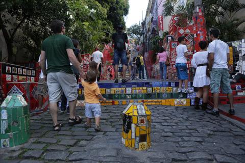 """Chegando na Escadaria Selarón, tinha bastante gente no sábado a tarde. Foto: Gustavo """"Camarão"""" Bordallo"""