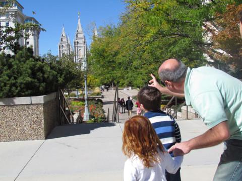 Chegando a Temple Square, Alessandro mostrando o templo pras crianças