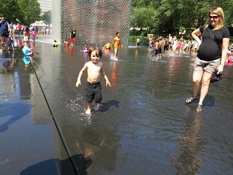 Aproveitando a Crown Fountain no verão