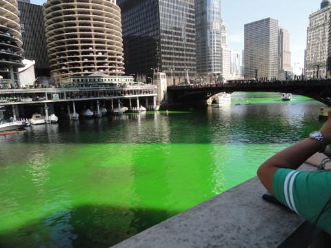 "O Rio Chicago ""pintado"" de verde durante o Saint Patrick's Day"