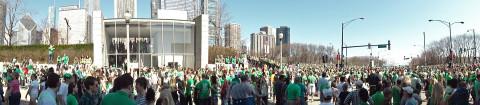 Panorama da multidão na rua durante o Saint Patrick's Day em Chicago