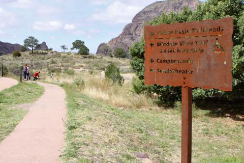 Placa indicando a entrada das trilhas em Chisos Basin, a Windows View e a Windows Trail começam no mesmo lugar