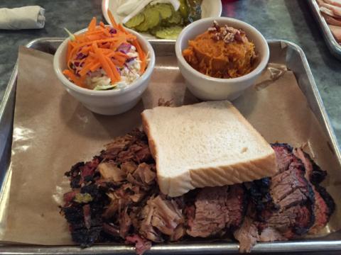 Meu prato no Stubbs BBQ: brisket e porco, coleslaw e batata doce
