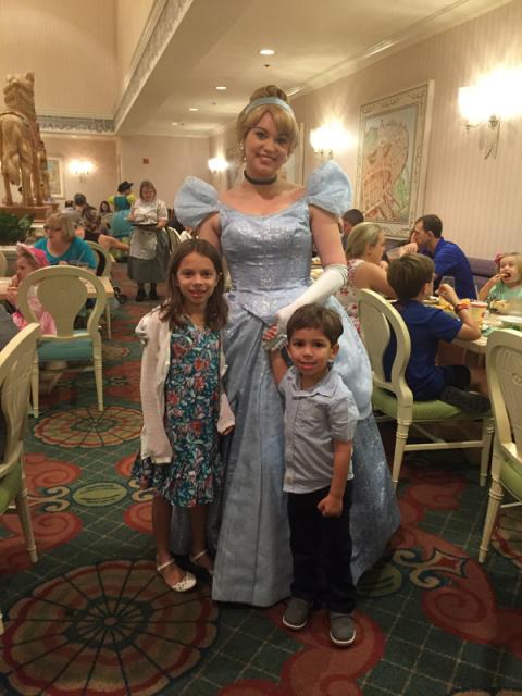 Cinderela com as crianças no jantar do 1900 Park Fare