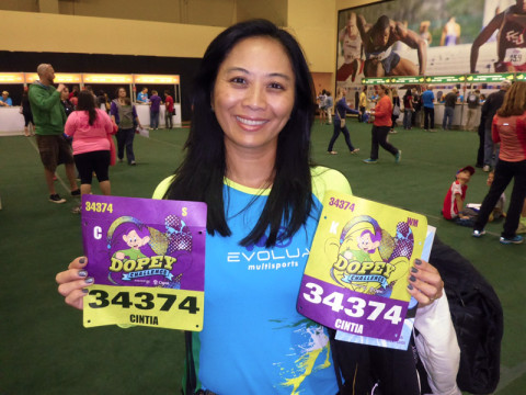 Cintia mostrando seus bibs pro final de semana da Maratona da Disney