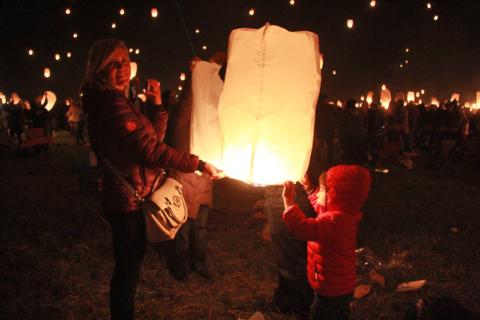Claudia e o Eric soltando uma lanterna