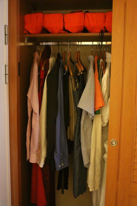 Um pedaço do closet na nossa cabine, com os coletes salva vidas no alto