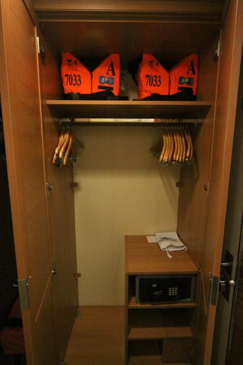 O closet da nossa cabine interna, duas portas e tinha mais uma ao lado. Menos uma porta que nas cabines Deluxe.