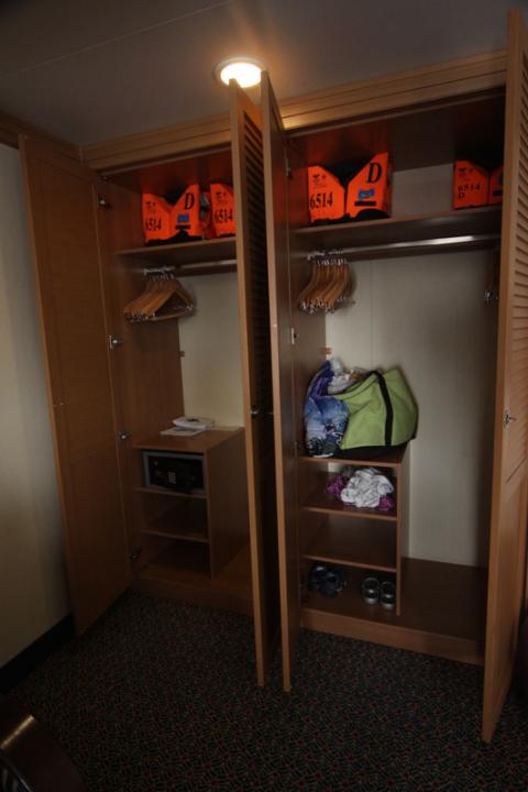 Nosso closet no Disney Dream - o tamanho é o mesmo em todas as cabines, mas normalmente a porta é de correr