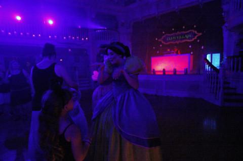 Anastasia e Drizella dançando também