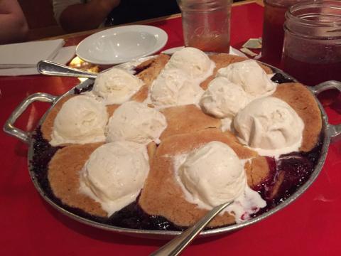A cobbler de sobremesa pra todos dividirem, frutas vermelhas quentinhas com massa de torta por cima e sorvete