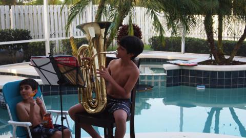 Concerto na piscina de casa