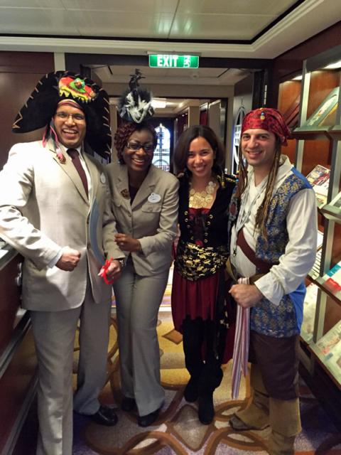 E depois troquei pra minha fantasia de Pirata. Na foto com a gente são os Concierges Ashley e Angeline com seus chapéus de pirata!