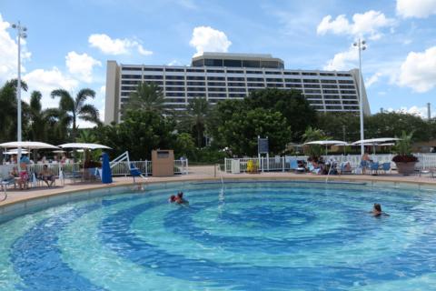 O Contemporary Resort visto da Bay Pool